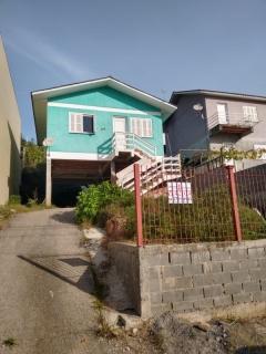 Casa composta de 3 dormitórios/sala de estar/jantar, área de serviço e garagem para 2 carros.