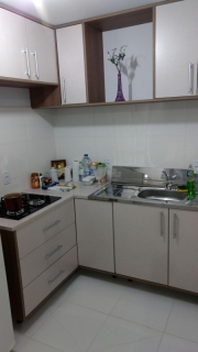 Lindo apartamento semi mobiliado, composto de 2 dormitórios, sala de estar/ jantar área de serviço e box de garagem.