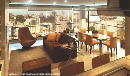 Apto. de DOIS dormitórios (sendo um com SUÍTE e CLOSET e SACADA ABERTA), uma GARAGEM, sala de estar e jantar com SACADA FECHADA, área de serviço SEPARADA com CHURRASQUEIRA com opção para BIFEIRA, espera para ar condicionado tipo SPLIT e espera para LAREIRA (com dutos para lareira de alto rendimento), piso PORCELANATO nas áreas sociais, piso LAMINADO nas áreas íntimas, MEDIDORES INDIVIDUAIS de GÁS, ÁGUA e LUZ, rebaixo de GESSO, reservatório pluvial, SALÃO DE FESTAS, área PRIVATIVA de 94,90m², área total de 130,43m², posição solar OESTE/SUL, e ELEVADOR.  Ref. apto. nº 603 e um Box nº 13 (opções para compra de mais garagens) + depósito