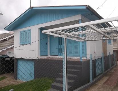 Casa de madeira de dois pisos de 7,00 x 9,00 x 2 metros, e terreno de 13,00 x 15,50 metros, bem conservada, três dormitórios, dois banheiros, garagem, toda cercada.