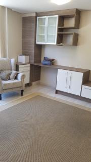 Sala comercial bem localizada ideal para consultório, prédio com elevador, portaria, totalmente comercial, ficam os móveis sob medida, banho social, recepção. Confira....