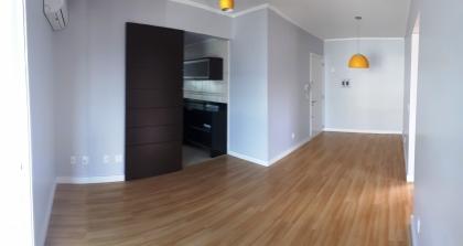 Apartamento semi mobiliado composto por 02 dormitórios, sala de estar/Jantar com sacada fechada em vidro, cozinha, área de serviço, 01 lavabo, 01 banheiro social, sacada fechada em vidro com churrasqueira e 01 vaga de garagem.