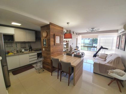 Lindo apartamento totalmente mobiliado, possui duas suítes, sala de estar e jantar integradas, cozinha com churrasqueira, área de serviço, lavabo e 2 boxes de garagem. Permanecem os eletrodomésticos e ar condicionados nas suítes e na sala. Condomínio R$250,00 + IPTU.
