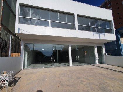 Sala comercial com 200m² privativos com 04 vagas de estacionamento frontal.