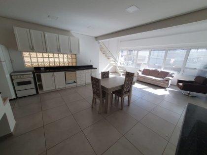 Apartamento mobiliado com 100m² no centro de Bento Gonçalves. Possui Mezanino, 02 banheiros, espaço com churrasqueira e mobília. Não possui garagem. Cobra IPTU.