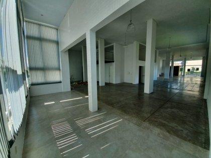 Sala comercial com 272m² de área privativa com pé direito de 5,5 metros. Possui estacionamento para 3 carros.
