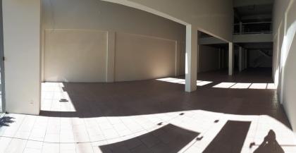 Sala comercial térrea com 336m². Possui mezanino, 04 banheiros e 03 vagas de estacionamento em frente a sala.