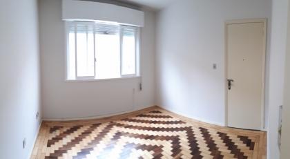 Apartamento de 03 dormitórios, sala de estar, cozinha, banheiro social, área de serviço, sacada aberta e 01 box de garagem. Valor do condomínio R$150,00 com taxa de água inclusa. Cobra IPTU.