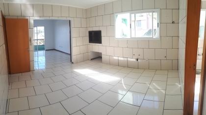 Amplo apartamento de 03 dormitórios, sendo um destes suíte. Possui sala de estar com sacada, cozinha com churrasqueira, área de serviço e banheiro social. Não possui box de garagem e não cobra condomínio. IPTU R$600,00