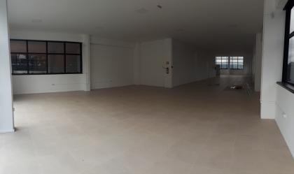 Sala comercial térrea com 300m². Possui teto com rebaixe em gesso e iluminação com lampadas led, 02 banheiros e 03 boxes de garagem. IPTU R$1500,00 e Condomínio R$300,00.