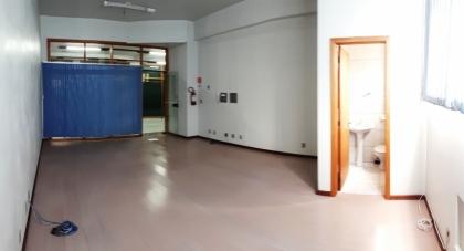 Sala comercial de andar com 35m². Condomínio R$100,00. Cobra IPTU.
