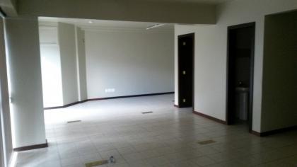 Sala comercial superior, com 52m² de área e um box de garagem. Possui copa mobiliada e um banheiro. Condomínio R$250,00.