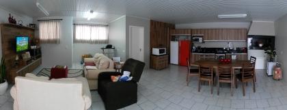Casa com 155,00m², em terreno de 300,00m². Possui 02 dormitórios, cozinha, sala de estar, 02 banheiros, área de serviço, depósito, garagem para 02 carros, pátio, salão de festas, churrasqueira e canil. A casa é mobiliada.