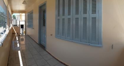 Casa com 3 dormitórios, 2 banheiros, cozinha, sala para dois ambientes, sacada fechada com grades e 1 vaga de estacionamento.