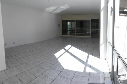 Sala comercial no mezanino da galeria Solar. Possui cerca de 40m² e um banheiro.