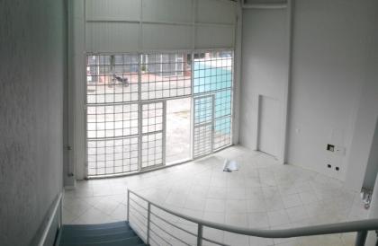 Sala comercial térrea com pé direito duplo e 125m² de área. Possui dois banheiros e 03 salas amplas no mezanino. Isento de condomínio