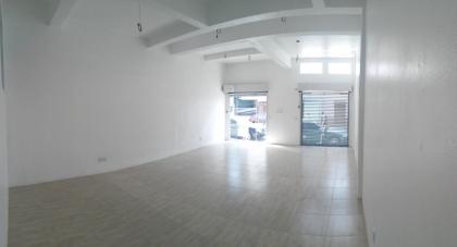 Sala comercial térrea com 70m². Possui um banheiro e vitrine com grades retráteis motorizadas.