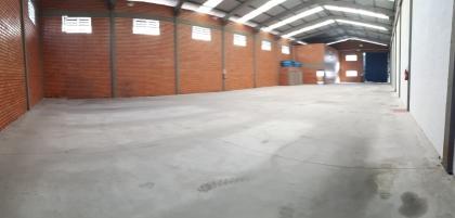 Pavilhão com 600m², amplo escritório e 02 banheiros.