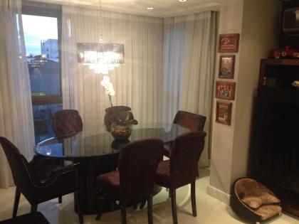 Excelente apartamento de 03 dormitório, sendo 01 suíte. Possui sala de estar e jantar, cozinha, área de serviço, banheiro social com banheiro de hidromassagem, box de garagem duplo, teto com rebaixe em gesso, e piso porcelanato. IMÓVEL MOBILIADO. ÁREA PRIVATIVA: 120 m².
