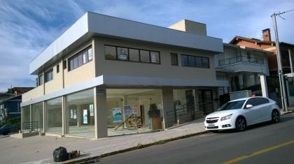 Ampla e excelente sala comercial no Bairro Fenavinho, com 03 banheiros e área total de 240 m².
