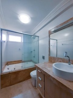 APARTAMENTO DE 3 DORMITÓRIOS SEMI MOBILIADO NO CENTRO!!! Apartamento enorme composto por... 🛌 03 Dormitórios. 🛁 02 Suítes, uma delas com banheira de hidromassagem.  🚿 01 Banheiro social, totalizando 03 banheiros. 🚰 Lavanderia. 🪑 Sala e cozinha separadas. 📐 111m² Privativos. 👉 02 Elevadores. 👉 02 Moradia por andar. 👉 Valor R$ 540,600,00. 🚗 01 Vaga de Garagem. 👉 Apartamento bem localizado no centro de Bento Gonçalves, perto de farmácia, mercados, academias, lojas a poucos minutinhos do shopping Bento, apartamento de andar alto com uma vista privilegiada do centro da cidade. 🗓Aproveite essa oportunidade de morar no centro e agende sua visita!!!