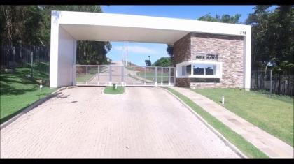 Lindo terreno, localizado no Condomínio Fechado Jardim Acapulco, onde você encontra, além da privacidade, uma infraestrutura completa, segurança e lazer, tudo isso para curtir ainda mais sua família. Fazendo divisa com a sede social da AABB, o acesso se dá pela rua Márcia Rita Carraro, bairro Santa Rita. Em apenas cinco minutos você está no centro da cidade, com deslocamento facilitado para todos os bairros e perto de vias de acesso a cidade. O condomínio possui ruas pavimentadas, rede elétrica com iluminação pública, rede trifásica, rede coletora de águas da chuva, rede coletora de esgotos domésticos, estação de tratamento de esgoto em partes dos lotes e área totalmente murada e cercada. Com amplas áreas comuns, em meio ao verde, quiosque e espaços para descanso, você vai aproveitar ainda mais suas horas de lazer. As crianças irão se divertir, andando de bicicleta e praticando esportes na quadra poliesportiva. Possui entrada com guarita personalizada e portaria e vagas de estacionamento para visitantes. Aqui sua qualidade de vida é prioridade. Valor referente ao lote 10. Consulte demais lotes.