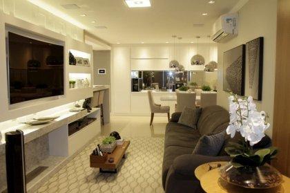 Apt. de alto padrão, totalmente mobiliado, decorado  e automatizado. Excelente localização. 3 dormitórios, 1 sendo suíte, com sacada fechada e closet. Sala de estar, sala de jantar com sacada integrada e lareira.  Cozinha, churrasqueira. Área de serviço separada. 2 vagas de garagem, com depósito. O apartamento possui fechadura eletrônica de última geração. Automatização em todos os ambientes ( luz, climatização, sistema de câmeras com sensor, som ambiente embutido no teto / JBL ).  Iluminação em LED. Sofá Bizon, persianas automatizadas . 121,95m² .