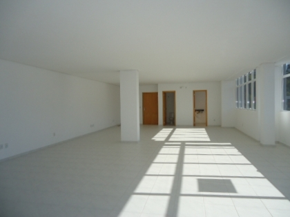 Sala comercial com 120m² de área útil. Banheiros, box para 2 carros. Maiores informações com nossos corretores