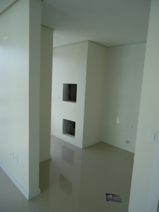Ótimo apartamento de 01 dormitório, sala de estar e jantar, cozinha, banheiro, 01 box de garagem, laminado no dormitório e porcelanato nas demais dependências, com churrasqueira. Área de 51,14 m² privativo.