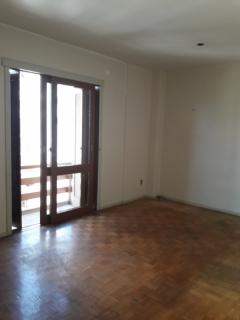 Apartamento central com 02 dormitórios com sacada aberta, sala com sacada, banheiro social, cozinha, área de serviço, 01 box.