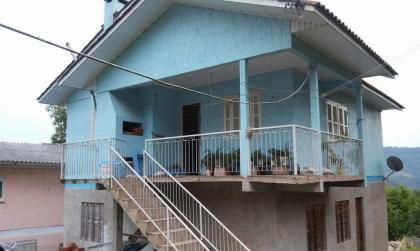 Casa de alvenaria somente parte superior com 03 dormitórios, sala, cozinha, banheiro e garagem.