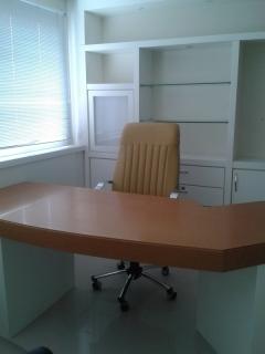 Sala comercial no Centro com 01 Box de garagem. Sala fica mobiliada para consultório médico.