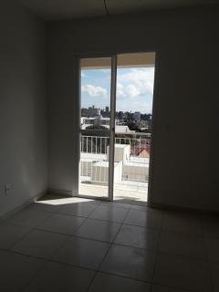 Apartamento composto de 02 dormitórios, sala com sacada, área de serviço, cozinha , banheiro social e 01 box de garagem. Prédio com elevador.