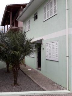 Sobrado composto de 02 dormitórios, sala, cozinha, banheiro social, churrasqueira, área de serviço e 01 garagem.