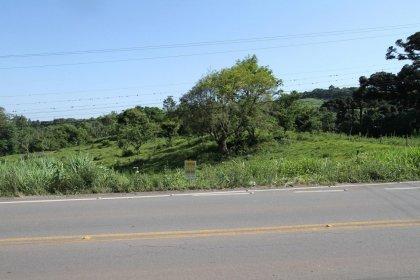 Terreno com 1500m²  com acesso pela RS 431, no distrito de Faria Lemos. Excelente localização para empreendimento turístico, comercial ou sítio. Apenas 4 km da BR 470 e a 12 km do centro de Bento Gonçalves.  ** Compra somente através de contrato.