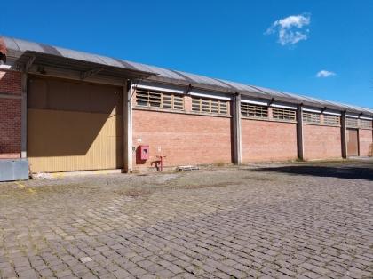 Tomasi Imóveis aluga amplo pavilhão no Industrial.  Imóvel possui aproximadamente 5000m², 2 banheiros, vestiários, refeitório, grande pátio e área reservada para departamento administrativo composta por 6 salas e 2 banheiros. Agende já sua visita.