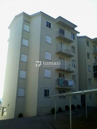 TOMASI Imóveis vende, Apartamento de 2 dormitórios, cozinha/ área de serviço, banheiro social, sala de estar, churrasqueira e garagem.