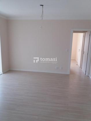 TOMASI Imóveis vende, apartamento de 1 dormitório e 1 box de garagem, em condomínio de 5 pavimentos com medidor de água, luz e gás individuais, esperas para água quente, piso laminado, sacadas fechadas com vidro e esquadrias em alumínio.