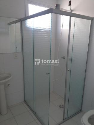 TOMASI Imóveis aluga, bairro Licorsul, apartamento de 2 dormitórios, sala de estar, banheiro, cozinha, área de serviço e garagem. Semimobiliado.