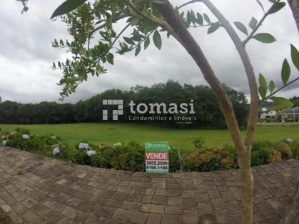 TOMASI Imóveis vende, excelente terreno plano na principal rua do loteamento medindo 32 x 88 m.