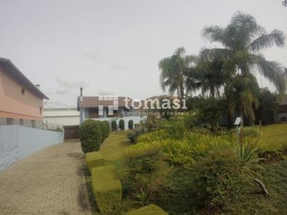 TOMASI Imóveis vende, casa com 4 dormitórios, 2 banheiros, garagem para 2 veículos, imóvel medindo 360m² de área total e terreno com 1.000m², além da residência possui um pavilhão de 180m² nos fundos. Aceita permuta por imóvel de menor valor.