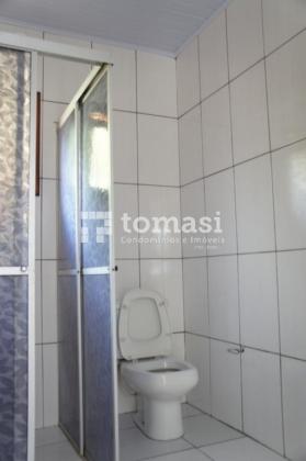 TOMASI Imóveis vende excelente casa de alvenaria de 02 pisos. No primeiro piso dispões de 02 moradias sendo a 1ª 02 dormitórios, sala, cozinha e banheiro, a 2ª moradia 01 dormitório, sala, cozinha e banheiro. No segundo piso dispõe de 03 dormitórios sendo