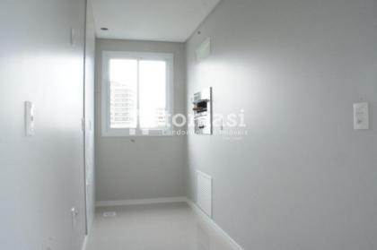 TOMASI Imóveis vende lindo apartamento NOVO no centro da cidade dispondo de 02 dormitórios sendo 01 suíte, sala de estar, sala de jantar, cozinha e área de serviço separada, churrasqueira, banheiro social e 01 box de garagem. Dispõe ainda de pisos porcela