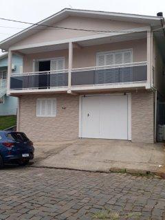 TERRAVINO IMÓVEIS vende duas casas de alvenaria semi novas em terreno de 12 x 43. CASA DE FRENTE: SUPERIOR com 02 dormitórios(um com sacada), sala com sacada aberta, cozinha, banheiro. INFERIOR:  02 dormitórios, sala/cozinha, banheiro, área de serviços e garagem para um carro. CASA DE FUNDOS TÉRREA:  03 dormitórios, sala, cozinha, área de serviços, banheiro. Possui um amplo salão de festas podendo ser garagem para 02 carros. Aceita terreno e sítio no negócio. Contate cel whats 99991 3310.