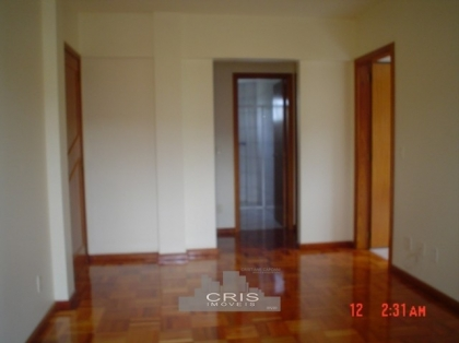 AMPLO apartamento com 02 dormitórios, sala com sacada, cozinha, banheiro, área de serviço, espera para água quente. Box de garagem.