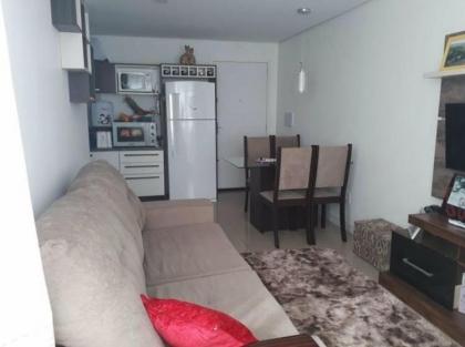 Apartamento com linda vista do vale dos vinhedos com 2 dormitórios, banho, cozinha, lavanderia, estar e jantar, churrasqueira, bem ensolarado e ventilado, com rebaixo em gesso.  3 vagas de garagem.  Adicionais: Portão Eletrônico, Gradeado Externo.  | Qtd. box garagem: 3 | Dormitório(s): 2 | Banheiros(s): 1 | Área Privativa: 48,45 m² e Total: 67,19m2  Adicionais: Pronto para morar.  PRÓXIMO AO ESPORTIVO NOVO.