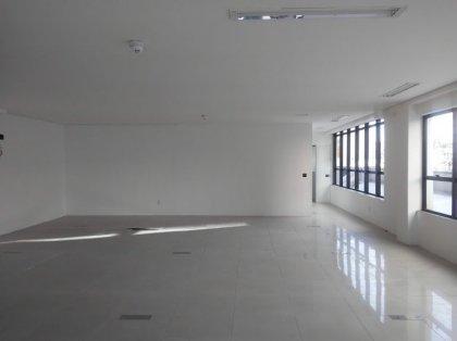 Sala comercial segundo andar, vitrine, com 3 lavabos e recepção. Prédio comercial, com 02 elevadores, portaria, monitoramento 24hs, é importante lembrar que o prédio fica localizado em área comercial, Rua Barão do Rio Branco - Centro de Bento Gonçalves, com acesso e estacionamento fácil para seus clientes.