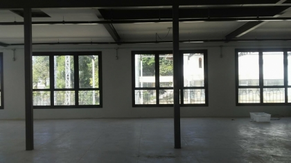 Sala comercial de andar no Bairro Planalto com área construída de  214m², 02 banheiros e pátio. A sala está apta para as exigências legais vigente para comércio.