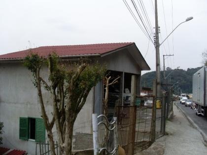 Casa de alvenaria com cinco moradias, mais um terreno nos fundos para construção de uma casa. Aceita terreno, apartamento e casa na troca...Possui escritura.