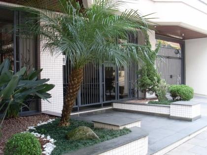 Apartamento de 2 dormitórios, sendo 01 suíte, com área privativa de 119,28m², sala de estar e jantar, cozinha, área de serviço, churrasqueira, sacadas, box de garagem.